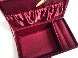 Satinbeklædt smykkeskrin til montering
