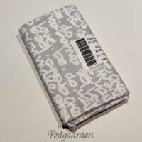 FQ7332 7332 Lysgrå patchworkstof med hvid skrift fat quarter