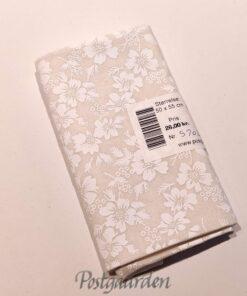FQ5702 Råhvide med hvide blomster patchworkstof