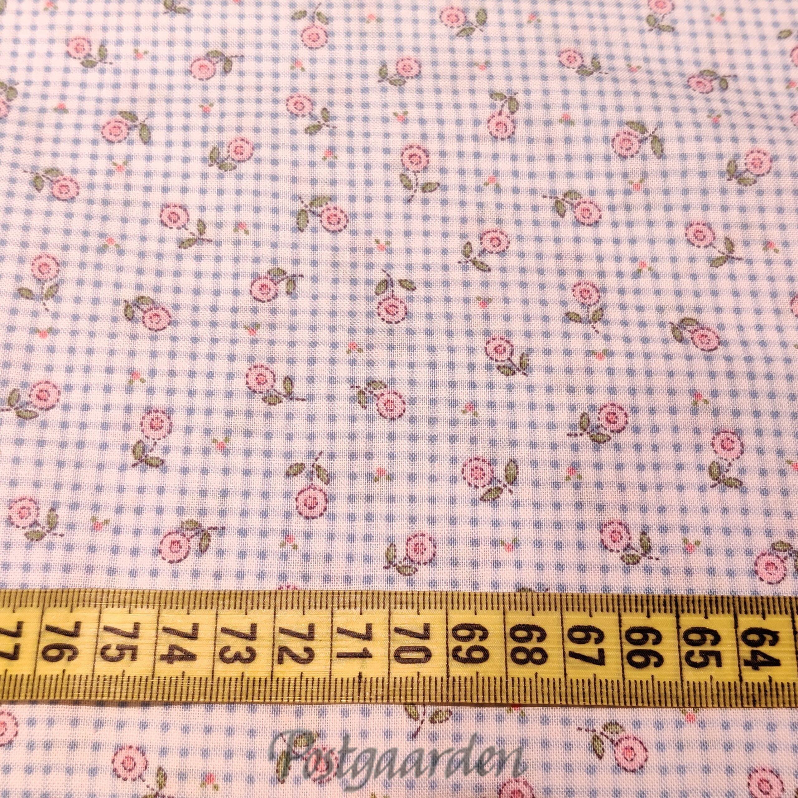 5930 Lysblå patchworkstof med tern og blomster